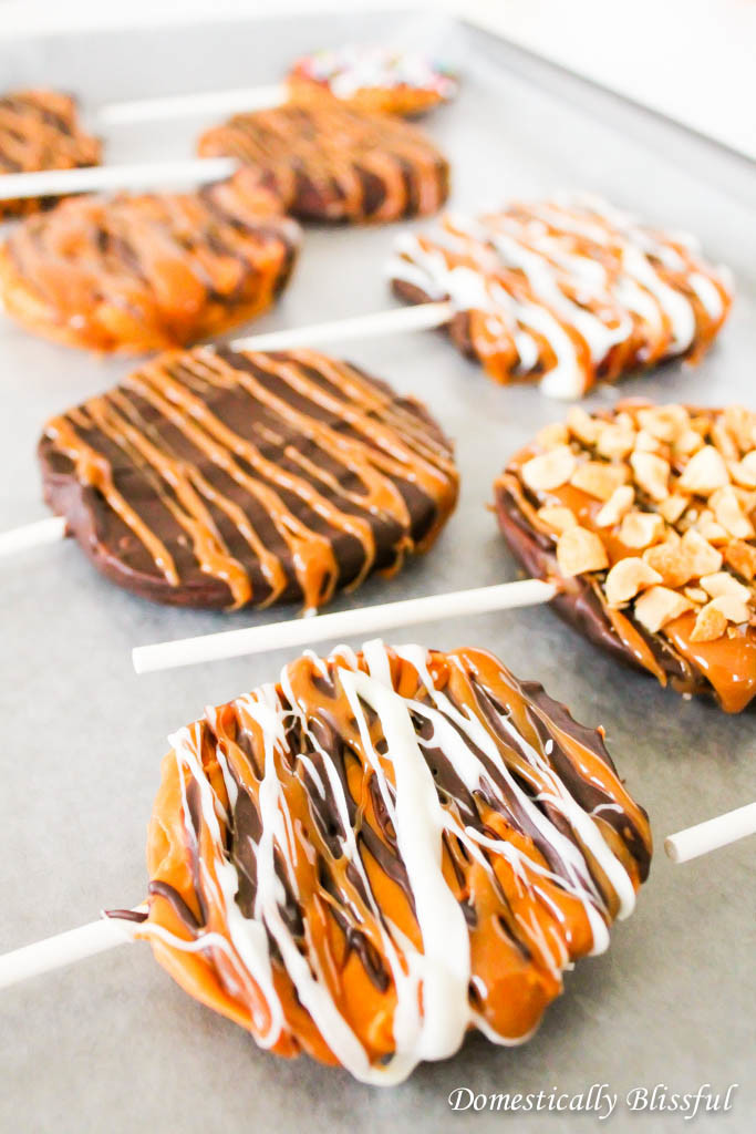 Sliced Caramel Apples a twist on the classic fall recipe. Recipe at @blissfulmiller.