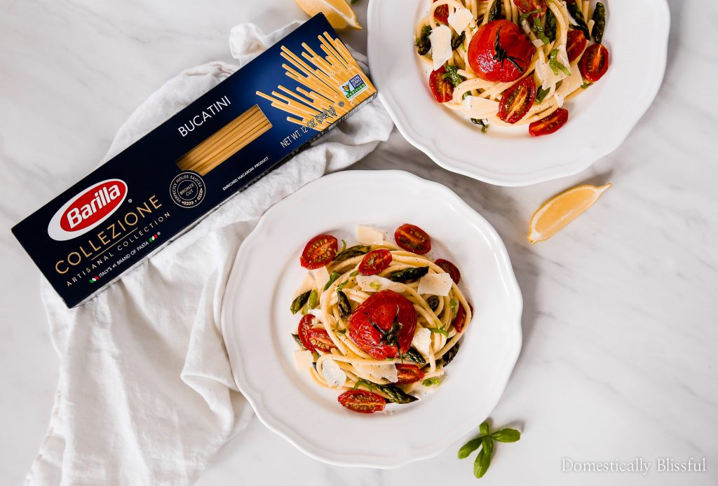 This Lemon Garlic Pasta top with roasted tomatoes & asparagus is full of fresh flavors, bright colors, & is simple enough for dinner any night of the week!