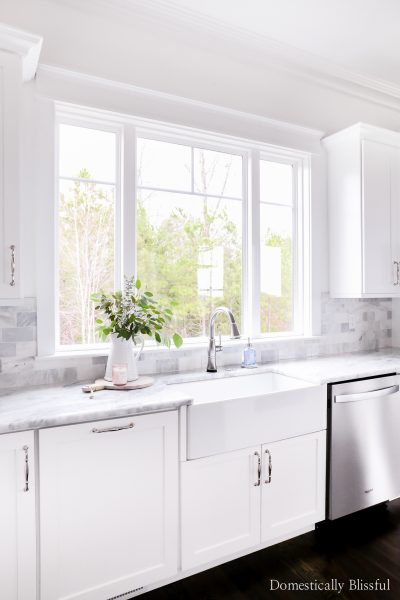 10 beautiful farmhouse sinks on Amazon in a variety of sizes and shapes for your new home or kitchen renovation.