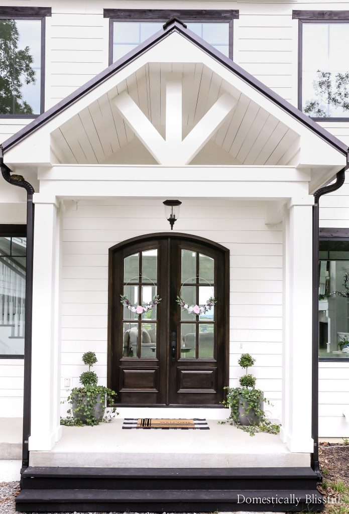 Simple summer front porch decor to brighten up your curb appeal.