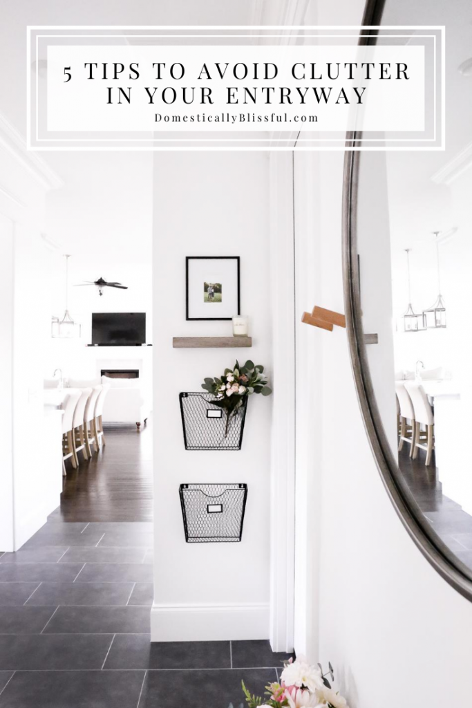 5 Tips to Avoid Clutter in Your Entryway so that your mudroom will stay organized and clean!